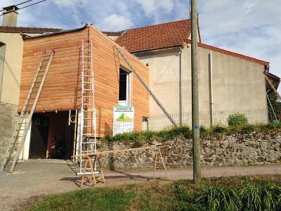 Réalisation d'une extension en bois sur un pavillon.